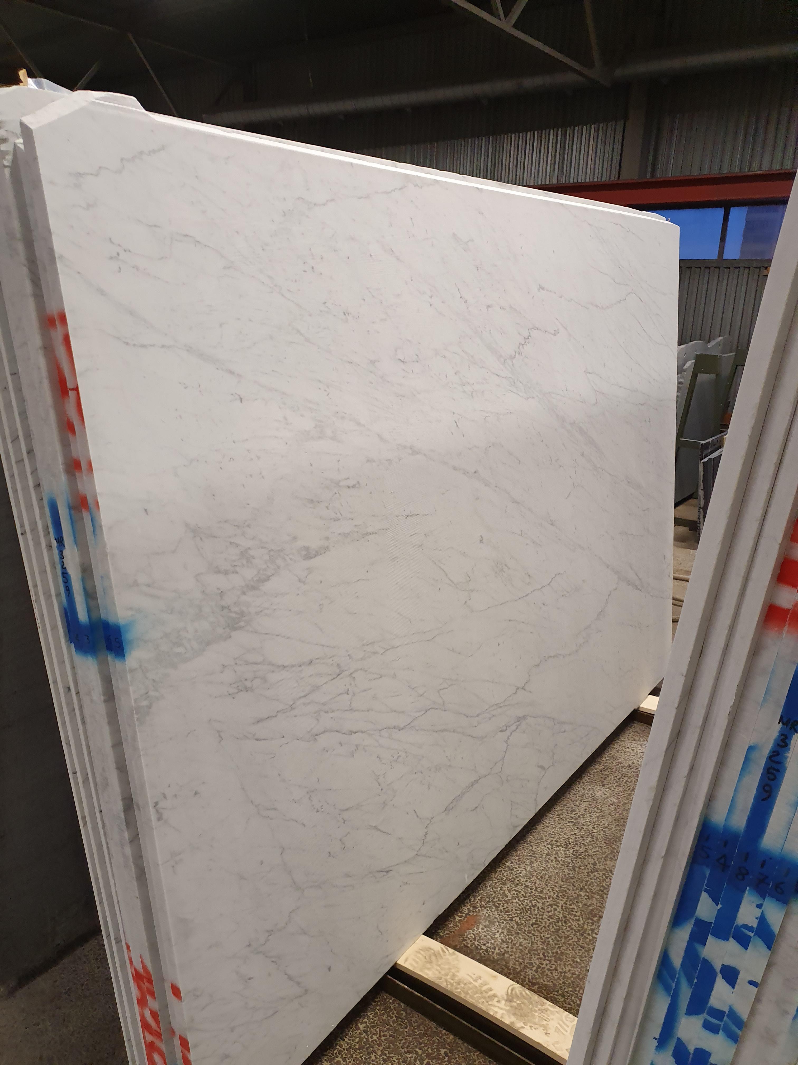 Carrara C extra finns i matt & läderyta