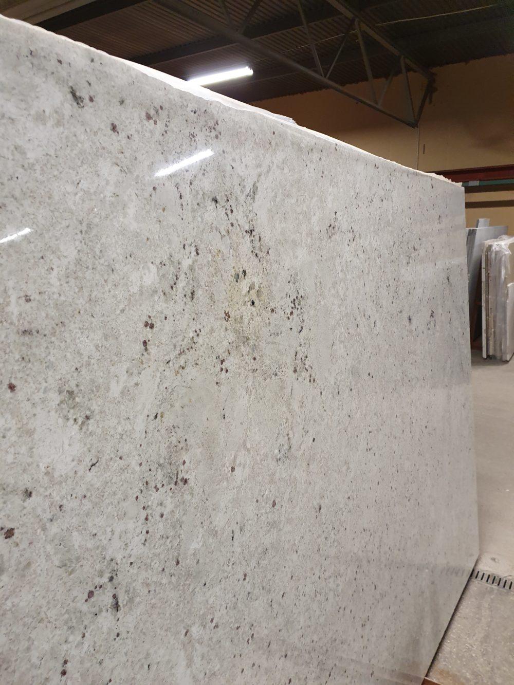 Granit i 20 & 30 mm tjocklek finns i polerad , matt , läderyta